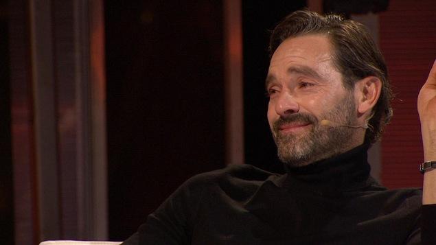 Guillaume Lemay-Thivierge est assis sur le plateau d'« En direct de l'univers ».