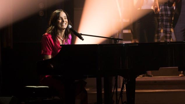 La chanteuse sur le plateau d'En direct de l'univers.