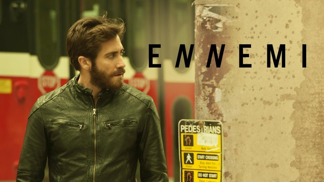L'affiche du film montrant un homme en blouson de cuir (Jake Gyllenhaal) devant un bus, sous le titre Ennemi.