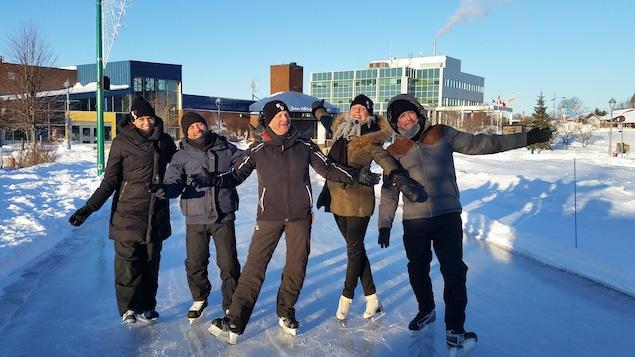 Pascale Lévesque, Isabelle Lacasse, Vincent Bolduc, Pierre-Bruno Rivard et André Robitaille sur une patinoire en Acadie