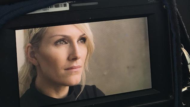 Moniteur montrant le visage d'Ingrid Falaise durant une entrevue.