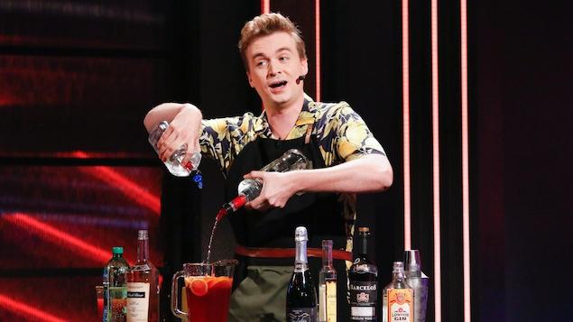 Il incarne un barman.