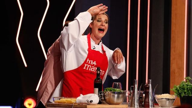 L'humoriste lors d'une scène en cuisine avec quelqu'un derrière elle qui la fait bouger.
