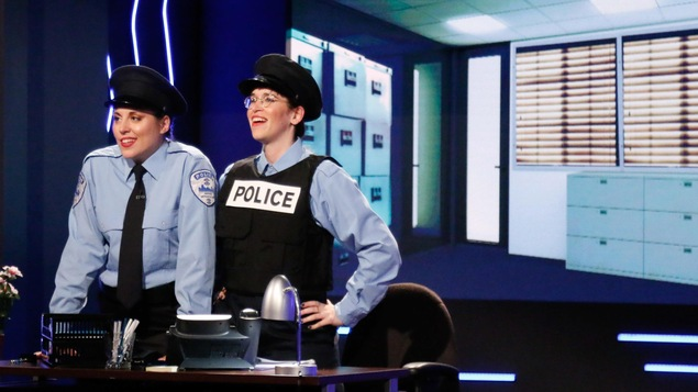 Les deux sont déguisées en police
