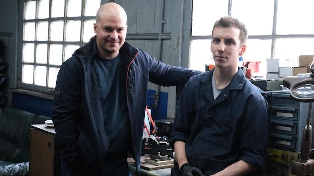 Deux hommes dans un garage.