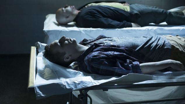 Deux hommes sont étendus et morts.