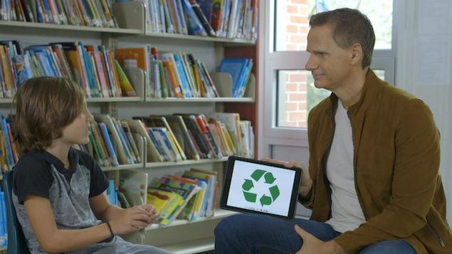 L'animateur et son invité à la bibliothèque.