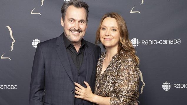 Un homme et une femme qui sourient.