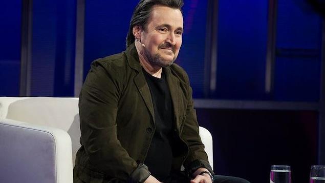 Guy A. Lepage est ému sur le plateau de l'émission En direct de l'univers.