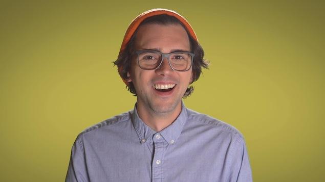 La série web Cultive ton comique est animée par l'humoriste Jérémie Larouche.