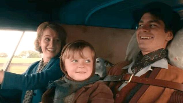 Une femme (Claire Foy) au volant, aux côtés d'un homme (Andrew Garfield) attaché sur une chaise roulante et avec un enfant sur les genoux.