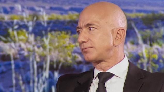 Jeffrey Bezos de profil.