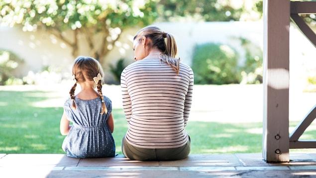 Une mère et sa fille sont assises et discutent calmement.