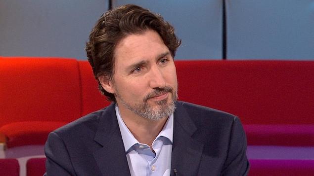 Justin Trudeau est à la table des invités.