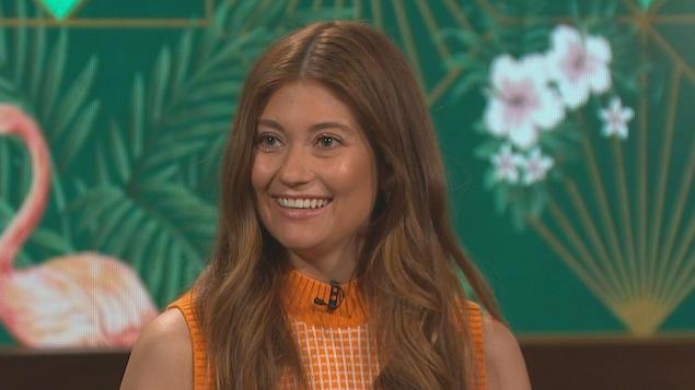 La jeune femme tout sourire sur le plateau de l'émission.