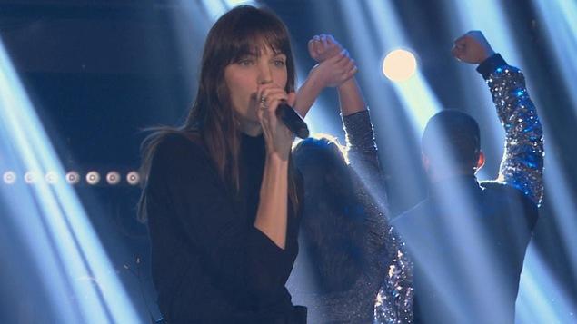 Charlotte Cardin tient le micro dans une main et chante sur le plateau de La fureur.