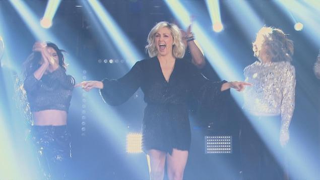 Très enthousiaste, Véronique Cloutier fait son entrée sur le plateau de <i>La fureur</i>.