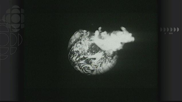 En noir et blanc, une image de la Terre en train de brûler.