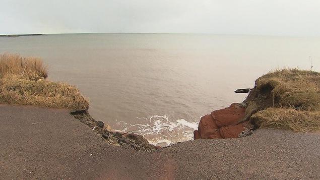 Une falaise grugée par la mer.