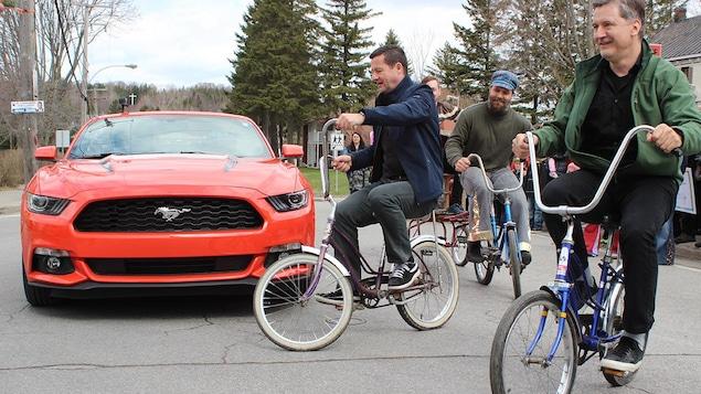 François Papineau et Danny font du vélo