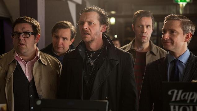 Cinq hommes a un comptoir de pub