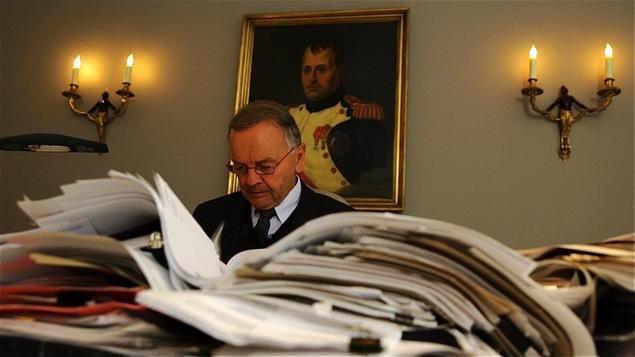 Serge Joyal dans le bureau GE Cartier devant une pile de documents