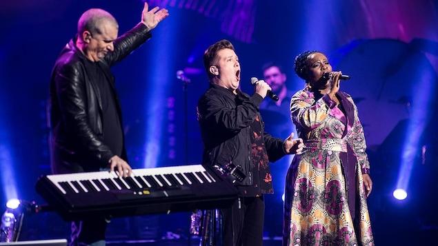 Dan Bigras et des chanteurs sur scène.