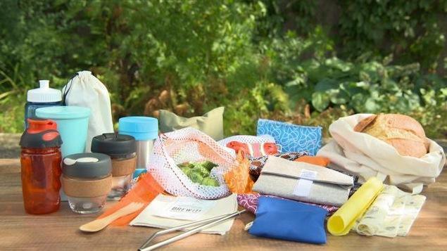 Une table garnie de plusieurs contenants et enveloppes pour la boîte à lunchs.