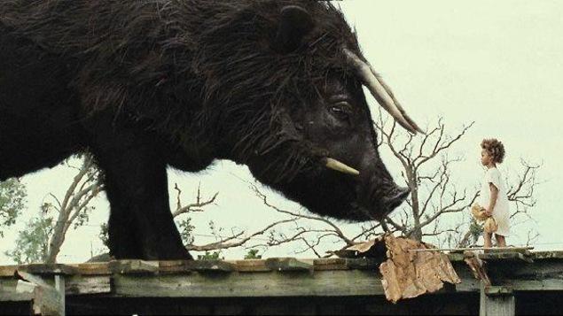 Une petite fille face à un immense auroch noir.