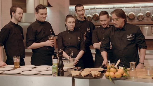 Daniel Vézina donne un atelier de cuisine à sa brigade.