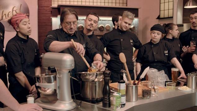 Daniel montre aux aspirants chefs comment préparer une mousse au chocolat.