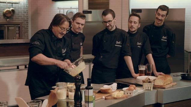 Daniel Vézina revisite le croque-madame en cuisine.