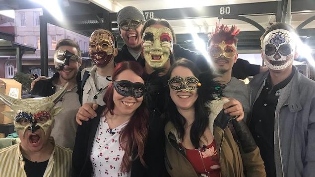 Les aspirants chefs portent des masques pour la photo de groupe.