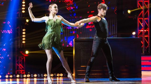 Éléonore Lagacé et Philippe Touzel dansent un cha-cha-cha.