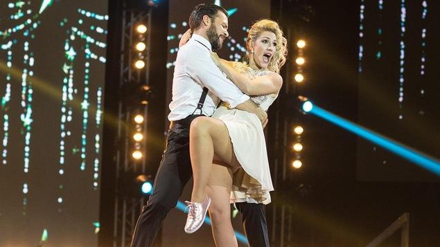 Ingrid Falaise et Louis-Olivier Mauffette dansent un swing.