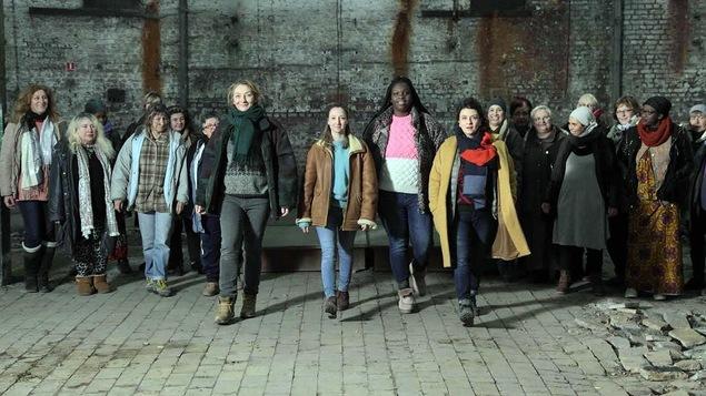 Un groupe de femmes marche vers la caméra.