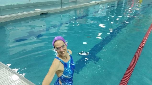 Une femme dans une piscine.