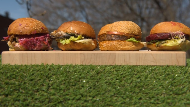 Des végéburgers sur une planche de bois.