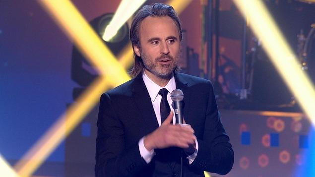 Louis-José Houde présente son numéro d'ouverture.
