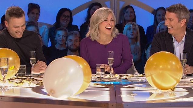 Ils rigolent sur le plateau de l'émission Les enfants de la télé. Des ballons et du champagne sont sur la table.