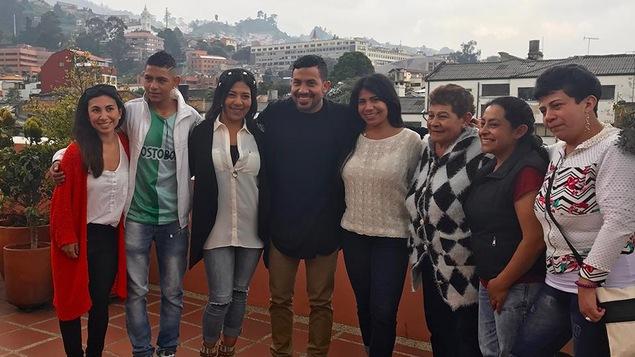 Une famille de huit personnes posent sur une terrasse en Colombie.