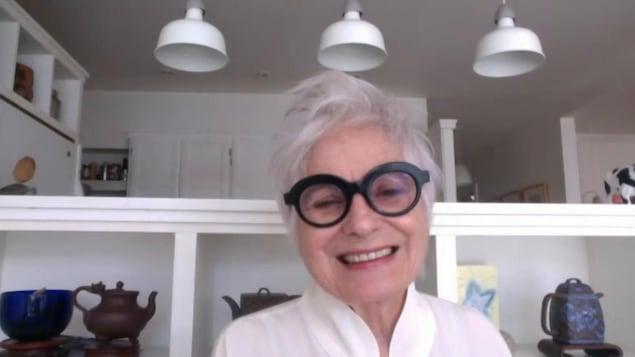 la comédienne dans sa cuisine.