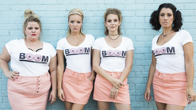 Les 4 filles en jupes rose et chandails blancs