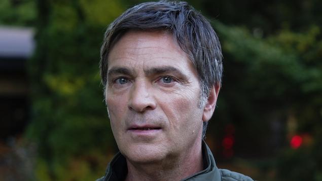 Le comédien dans son rôle de Michel dans la série Le monstre.