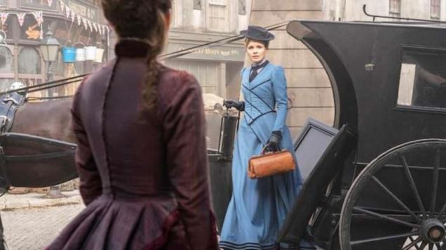 Une jeune femme sur la marche d'une carriole tirée par un cheval, dans le Londres du 19e siècle.