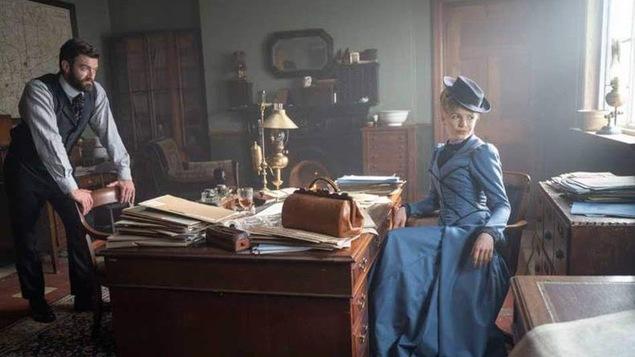 Un homme et une femme dans un bureau du 19e siècle.