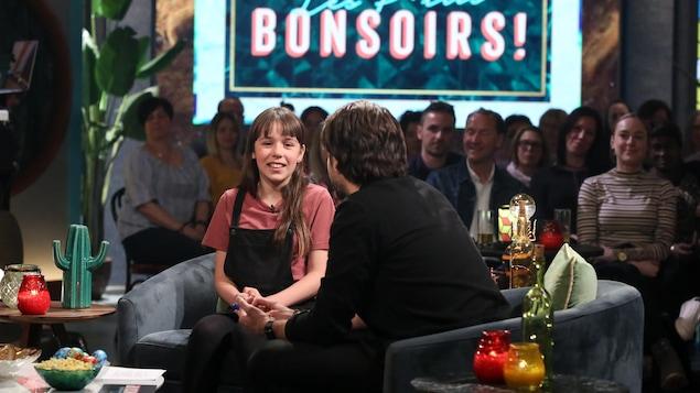 Elle discute avec Jean-Philippe Wauthier sur le plateau de Bonsoir bonsoir.