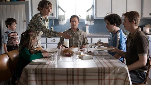 Une famille autour d'une table.