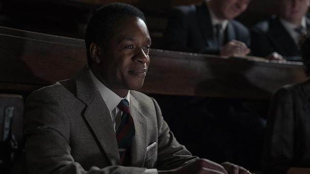 Wil Johnson qui sourit dans une Cour d'audience.
