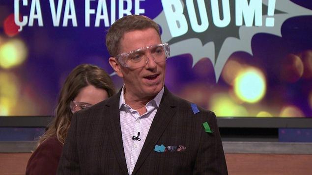 Il porte des lunettes de protection est en enseveli sous les confettis.